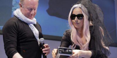 Lady Gaga presentó la cámara Pólaroid digital que ayudó a diseñar, al lado del presidente de la compañía, Board Bobby Sager Foto:AP