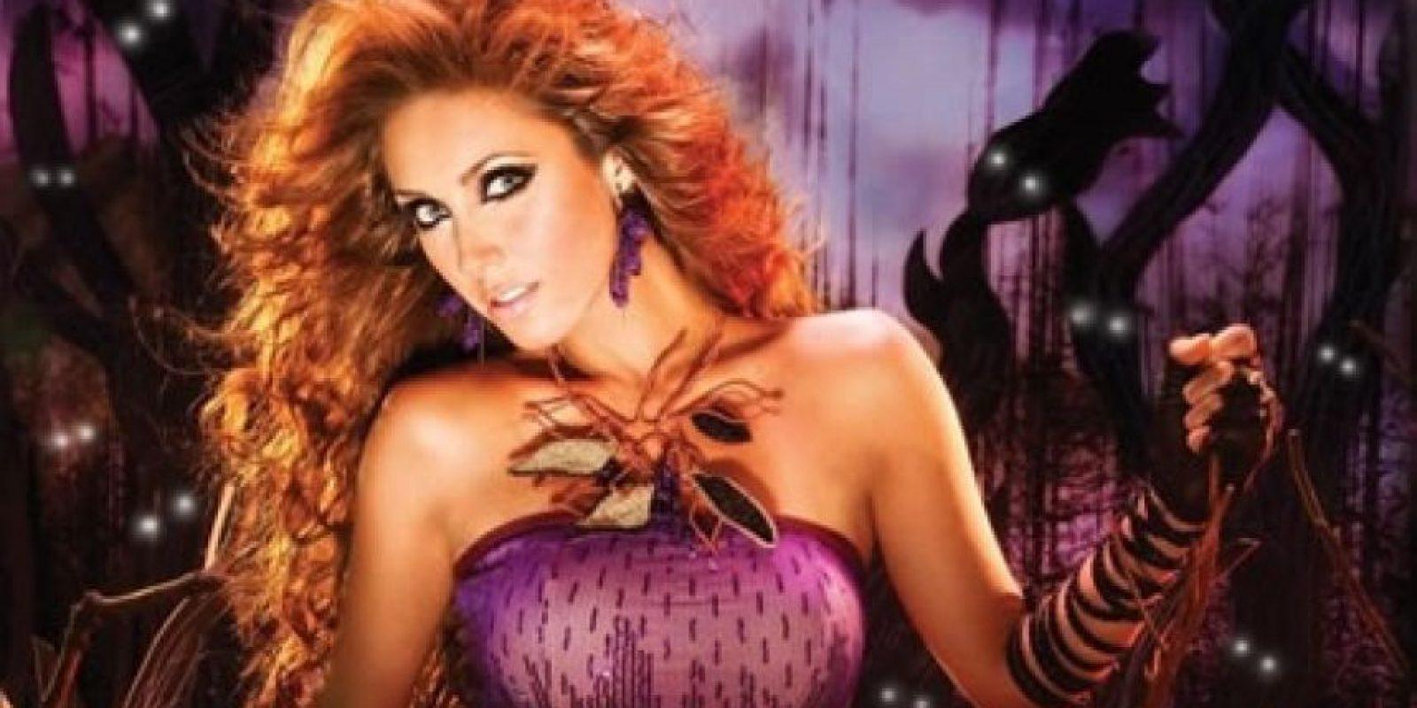 En el 2008, Anahí se sometió a una primera cirugía de su busto, la misma que no salió bien, pues su cuerpo rechazó los implantes, por lo que éstos tuvieron que serle removidos. Más tarde la ex RBD volvió a operarse y se aumentó la talla de sus senos, aunque ella lo ha negado insistentemente. Apenas la semana pasada la cantante y actriz fue ingresada a un hospital de la ciudad de México, donde se le practicó una cirugía para corregirle el tabique desviado, sin embargo, la intérprete aceptó que se puso en manos de un cirujano plástico para que le hiciera una corrección estética en la nariz y el mentón. Foto:Tomada de Internet