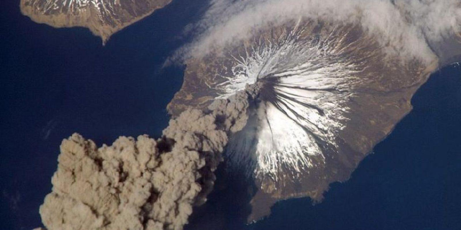 En mayo de 2006, el astronauta del Expedition 13 Jeff Williams reportó que el volcán Cleveland había lanzado una columna de humo Foto:NASA