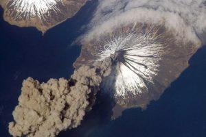 En mayo de 2006, el astronauta del Expedition 13 Jeff Williams reportó que el volcán Cleveland había lanzado una columna de humo Foto:NASA. Imagen Por: