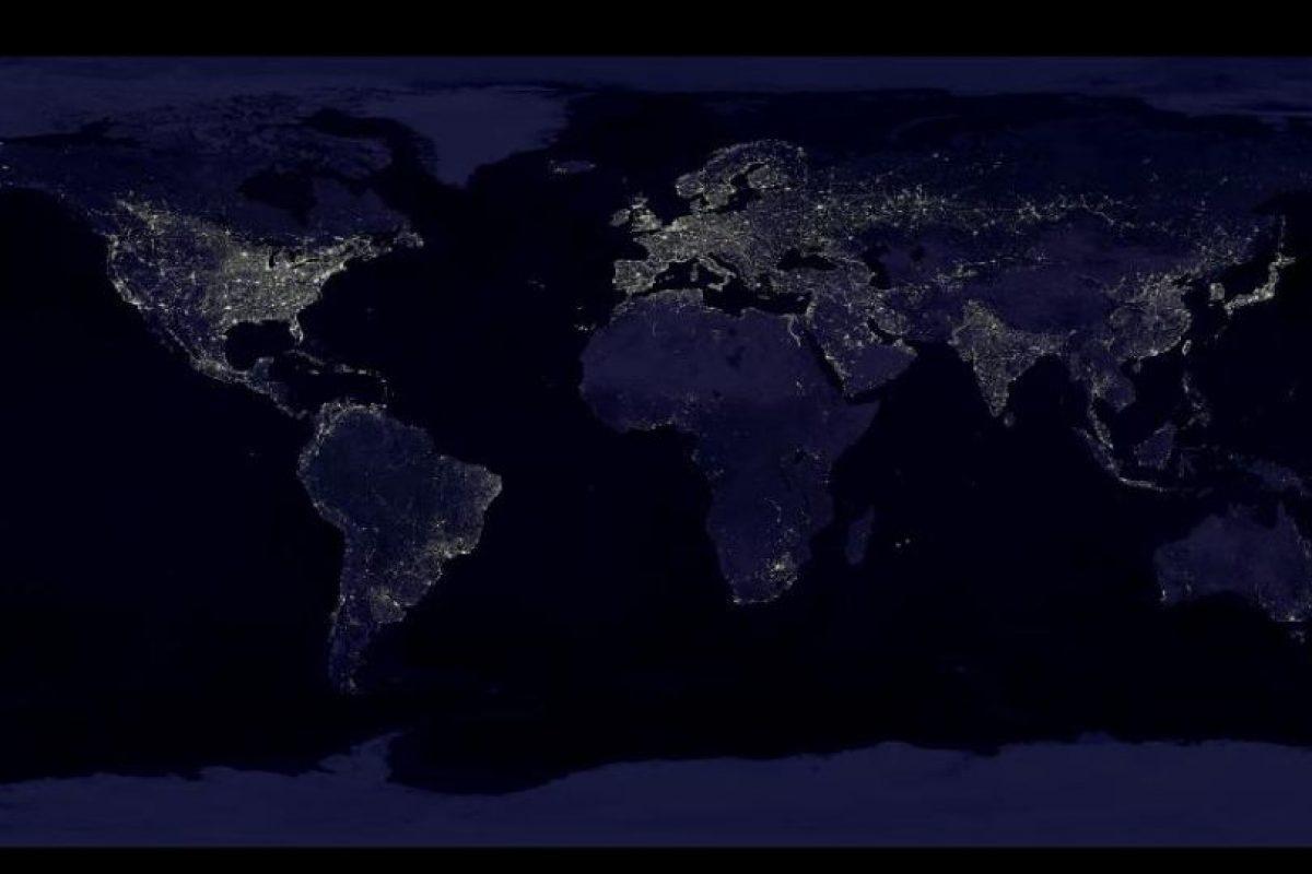 Esta imagen de la Tierra de noche está compuesta por más de 400 imágenes satelitales Foto:NASA. Imagen Por: