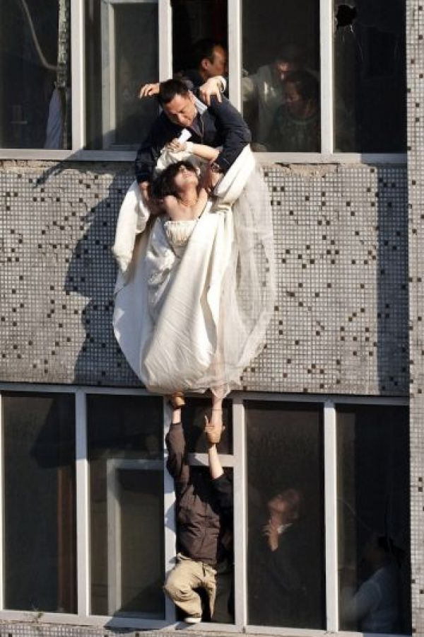 Al verse abandonada, la joven de apellido Li se cortó las muñecas e intentó saltar desde la ventana de un edificio de siete pisos. Foto:AP
