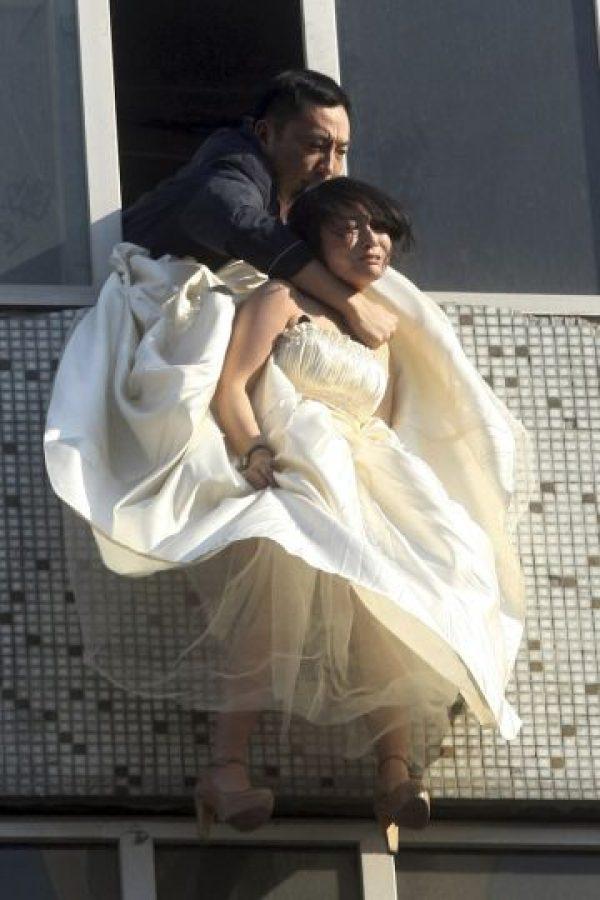 Según la agencia de noticias AP, esta joven tiene 22 años e intentó suicidarse después de que el novio la dejara plantada al pie del altar Foto:AP