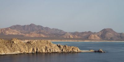 Paisaje contrastante nos ofrece Cabo Pulmo cuyo mar se impone en esta zona semidesértica, donde el agua para consumo humano escasea y demanda del vital líquido crece por la presencia de complejos hoteleros. Foto:Prometeo Lucero