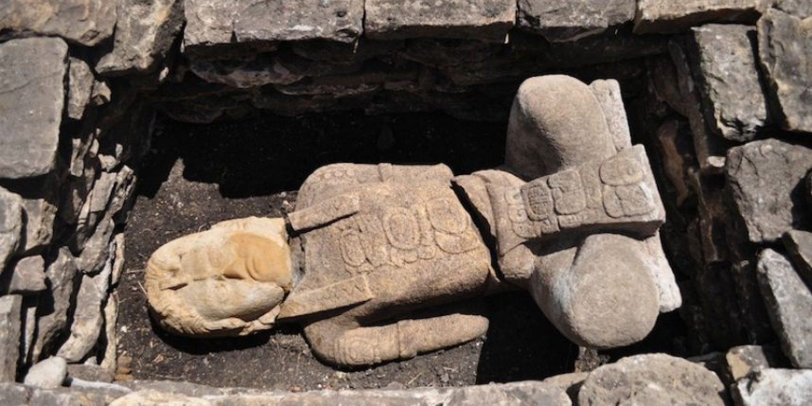 Arqueólogos del Instituto Nacional de Antropología e Historia (INAH) descubrieron en la zona arqueológica de Toniná, dos esculturas prehispánicas de piedra caliza que representan a cautivos de guerra, así como un par de tableros que fungieron como marcadores de un juego de pelota. Foto:Cuartoscuro