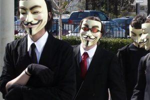 """7.- Ataque contra Gene Simmons. En 2010, el miembro de Kiss pidió imponer sanciones más severas contra la piratería, lo que provocó que sus páginas fueran hackeadas y redirigidas a sitios de """"piratas informáticos"""".  8.- Apoyo a WikiLeaks y la """"Operación vengar a Assange"""": En 2010, cuando diferentes sitios cerraron hicieron un bloqueo económico a WikiLeaks, tras difundir textos comprometedores de la política internacional de EU, Anonymous apoyó a Julian Assange, tirando las páginas de Amazon, PayPal, Master Card, Visa y el banco suizo Post Finance. Foto:Tomada de Internet. Imagen Por:"""