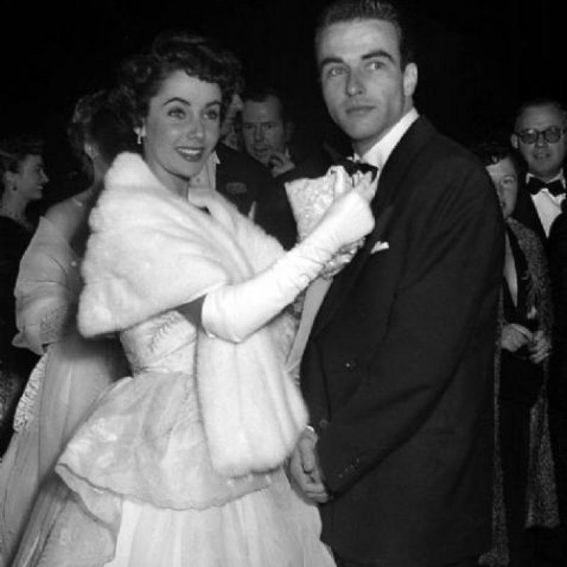 Además, se ofrecerán diversos vestidos de noche, como uno de Chanel con zapatos y bolso a juego valorado entre 6.000 y 8.000 dólares y otro de Valentino elaborado en terciopelo rojo, por el que la firma espera obtener entre 3.000 y 5.000 dólares Foto:Tomada de Internet