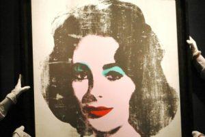 """Durante las subastas que en los meses de primavera han celebrado esa y otras firmas especializadas han cobrado especial relevancia las ventas de retratos de la actriz, en especial los que hizo el rey del """"pop art"""" Andy Warhol (1928-1987) que llegaron a casi los 27 millones de dólares, como el titulado """"Liz 5"""", de cuando la artista tenía 31 años.  Foto:Tomada de Internet"""