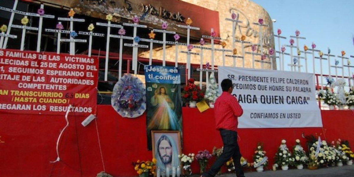 Familiares honran a víctimas con altar frente al Casino Royale