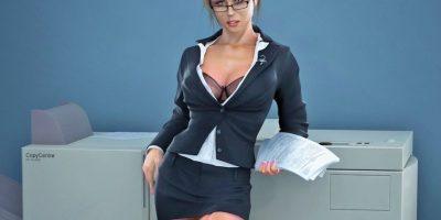 La secretaria: Para ser dominada y coquetear sin límites. Nada más sexy para ellos que verte con una pollera muy corta, una blusa insinuante y unos anteojos que te den ese aire intelectual-erótico Foto:Tomada de Google.com