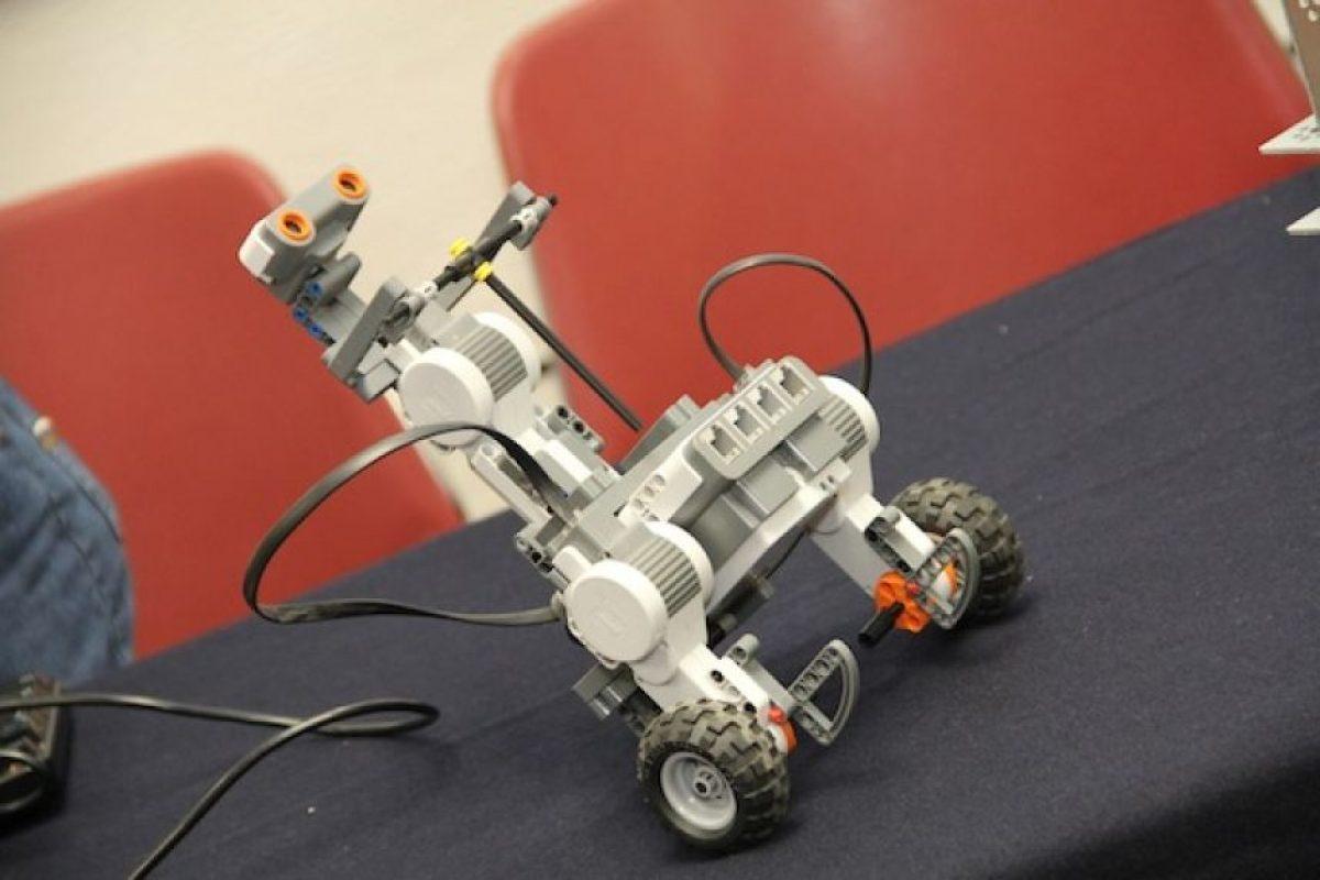 El prototipo se compone de una diadema inalámbrica que se coloca en la cabeza para que reciba las señales y las envíe de manera inalámbrica a una computadora que a su vez se comunica vía bluetooth con un robot Foto:ITESM