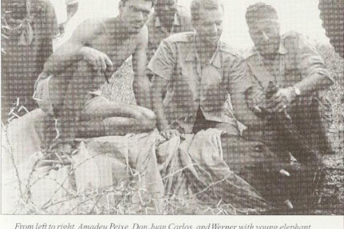 Foto inédita del rey Juan Carlos cazando elefantes en Mozambique, del libro 'Baron in Africa' Foto:Twitter