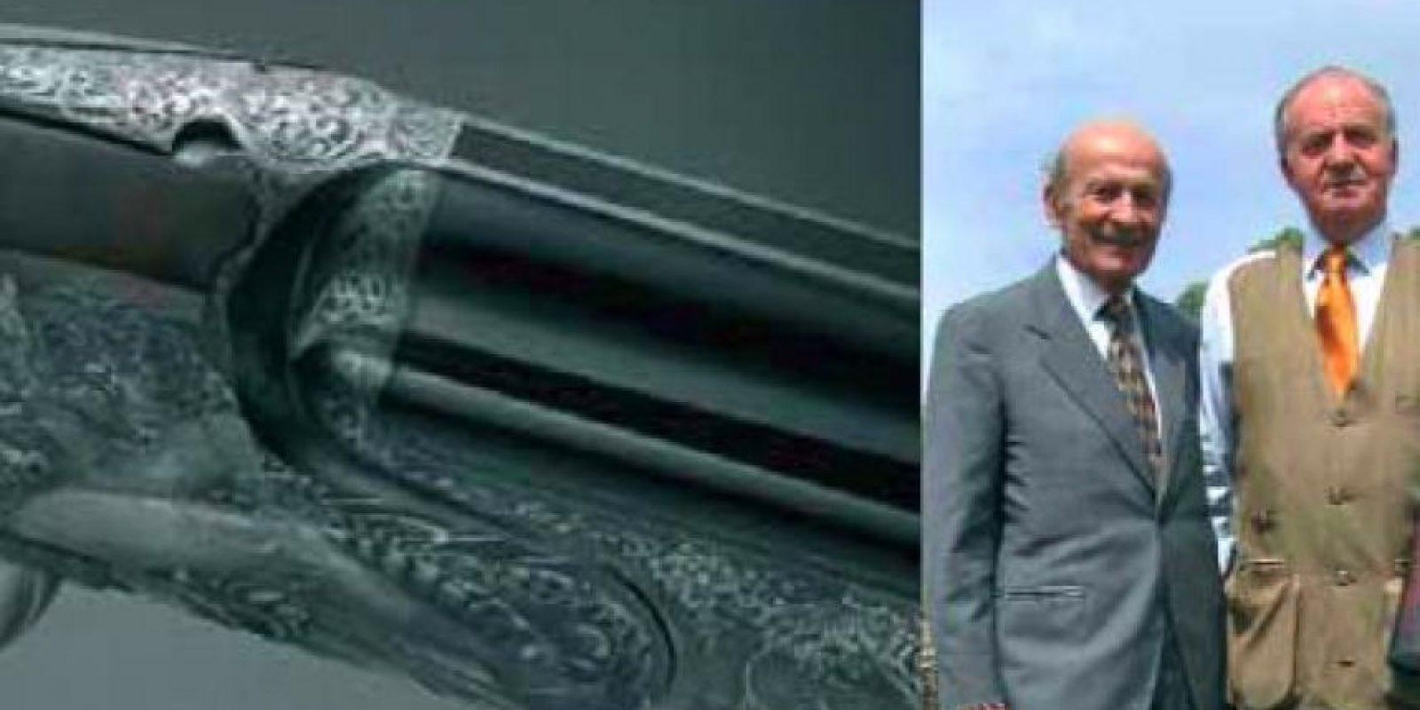 Foto inédita del rey alardeando de su escopeta de polvo de diamante (100.000 euros) con el fabricante, Ivo Fabbri Foto:Twitter