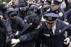 Policías riñen con cientos de activistas que recorrieron las calles de nueva York por el Día Internacional del Trabajo. Miembros de Ocupa Wall Street encabezando las protesta contra las instituciones financieras. Foto:AP