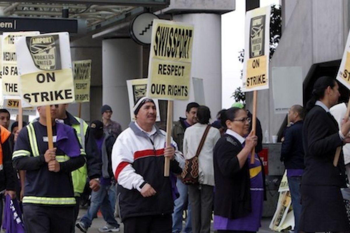 Empleados del aeropuerto internacional de Los Angeles marchan para celebrar el Día del Trabajo, en California, el 1demayode 2012 Foto:AP. Imagen Por: