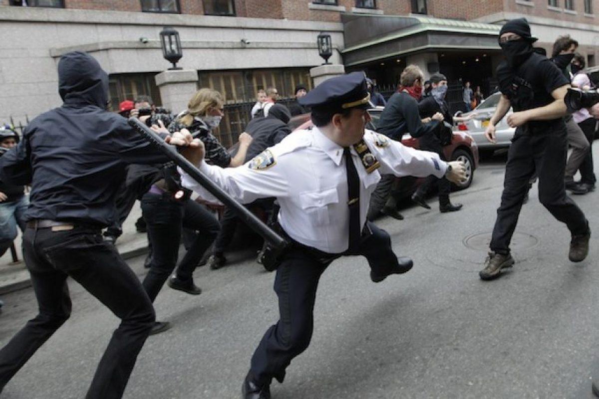 Un policía blande su bastón contra activistas del movimiento Ocupemos Wall Street que se manifiestan por el Día del Trabajo, en Nueva York, el 1demayode 2012  Foto:AP. Imagen Por: