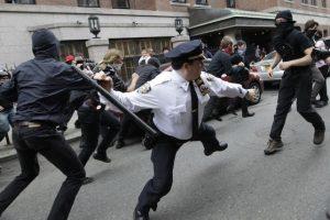Un policía blande su bastón contra activistas del movimiento Ocupemos Wall Street que se manifiestan por el Día del Trabajo, en Nueva York, el 1demayode 2012  Foto:AP