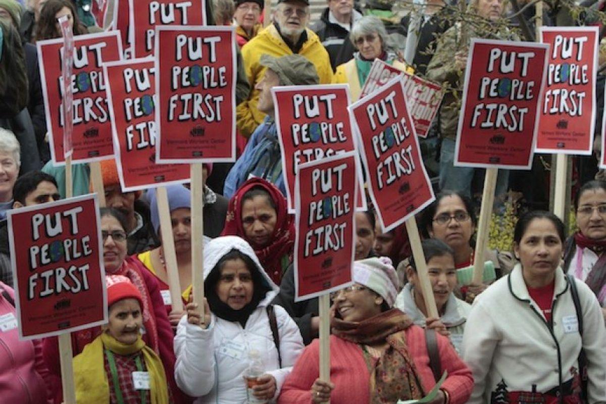 Manifestantes se concentran frenta a la sede municipal de Montpelier, Vermont, EU, para protestar en el Día del Trabajo, a las cuales se han incorporado hispanos POR una reforma en las leyes de migración y un alto a las deportaciones. Foto:AP