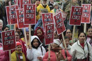 Manifestantes se concentran frenta a la sede municipal de Montpelier, Vermont, EU, para protestar en el Día del Trabajo, a las cuales se han incorporado hispanos POR una reforma en las leyes de migración y un alto a las deportaciones. Foto:AP. Imagen Por:
