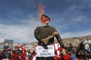 Manifestantes prenden fuego a un muñeco que representa al presidente Evo Morales durante una marcha en La Paz, Bolivia  Foto:AP