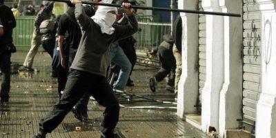 Manifestantes atacan una sede bancaria durante los incidentes tras una marcha por el Día del Trabajo en Santiago, Chile Foto:AP
