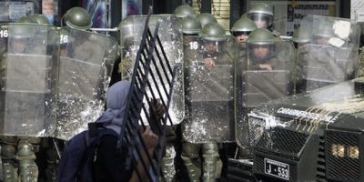 Un manifestante se enfrenta a la policía durante una marcha por el Día del Trabajo en Santiago, Chile  Foto:AP