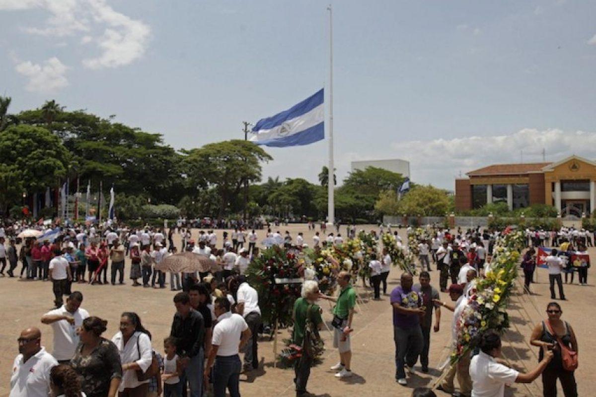 Una bandera a media asta mientras gente hace fila para rendir tributo póstumo a Tomás Borge Martínez durante su funeral en el palacio de gobierno en Managua, Nicaragua, el martes 1 de mayo del 2012. Nicaragua declaró tres días de luto el martes por Borge. Foto:AP. Imagen Por: