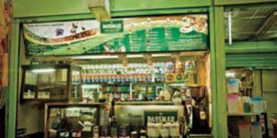 D KMPEONATO. Passmar. No lo vas a creer. Enclavado en un mercado, hay un local en el cual Salvador Benítez y Alelí Moreno preparan bebidas que han ganado varias veces el campeonato nacional de baristas y la competencia de Art Latte. Prueba la natilla de café. Adolfo Prieto, local 237, Col. Del Valle, Tel. 5669 1994 Foto:Passmar/Foto: cortesía