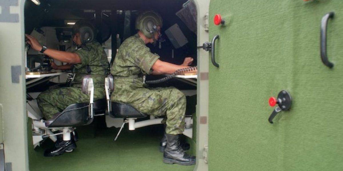 Soldados realizan prácticas con tanques camuflados