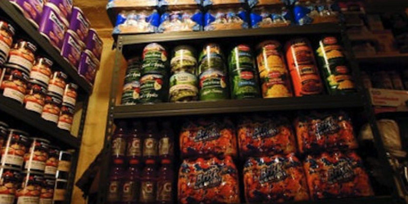 Almacenan comida enlatada para sobrevivir al fin del mundo en caso de que este suceda en alguna decada próxima. Foto:Cortesía