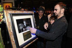 Por supuesto el Hard Rock Café rinde tributo al grupo con memorabilia en casi todos sus restaurantes Foto:Facebook Hard Rock