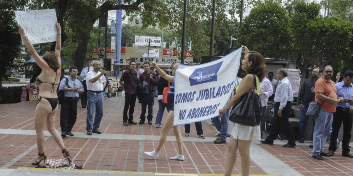 Jubilados de Mexicana protestan semidesnudos