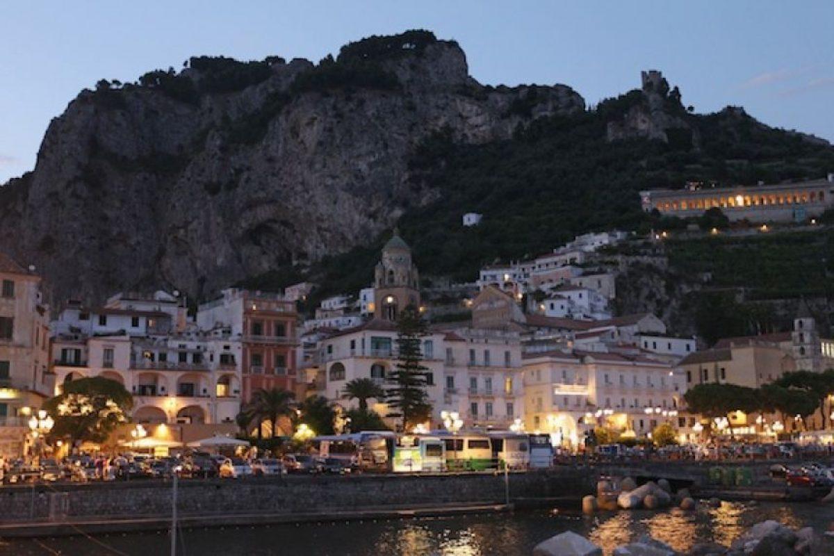 Amalfi ofrece uno de los mejores destinos de costa del mundo para recorrer en auto. También se puede tomar un crucero desde Sorrento a Capri. Esta región puede servir de base para visitar Pompeya y Positano Foto:Getty Images