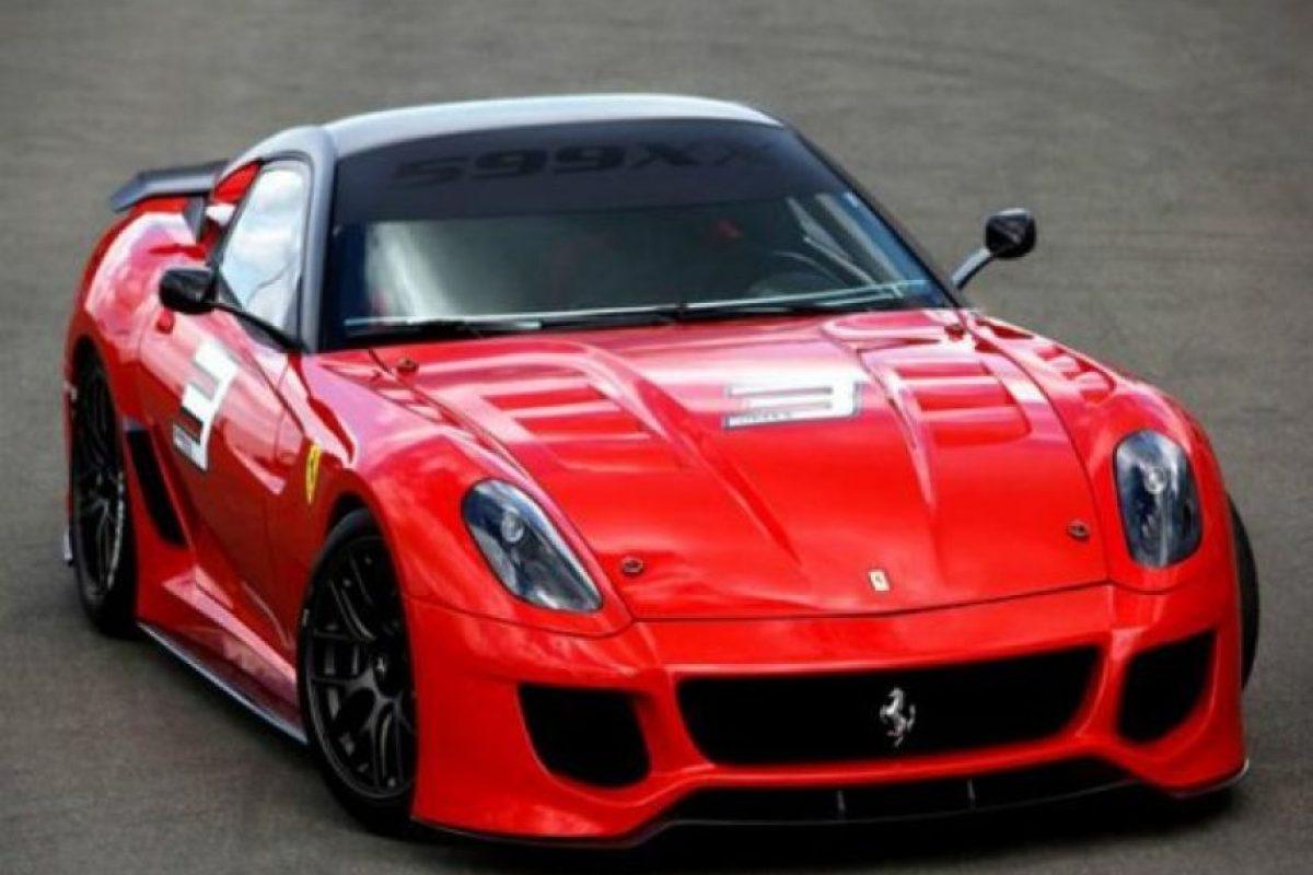 7. Ferrari 599XX. Con un V12 de 6.3 litros y una caja de cambios de doble embrague y siete velocidades capaz de alcanzar una potencia máxima de 710 caballos y acelerar de 0 a 100 km/h en tanto solo 2.9 segundos, este Ferrari está disponible para su venta sólo por invitación y tiene un precio de dos millones de dólares Foto:Especial