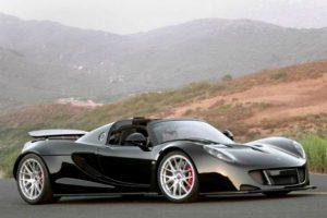 8. Hennessey Venom GT Spyder 2013. Este súper deportivo americano eleva su nivel de rapidez, gracias a su nuevo motor V8 7.0 litros, capaz de alcanzar mil 500 caballos de potencia. Frenos de carbono, cambio automático de siete velocidades y una estética única, hacen que este deportivo tenga un precio de un millón de dólares Foto:Especial