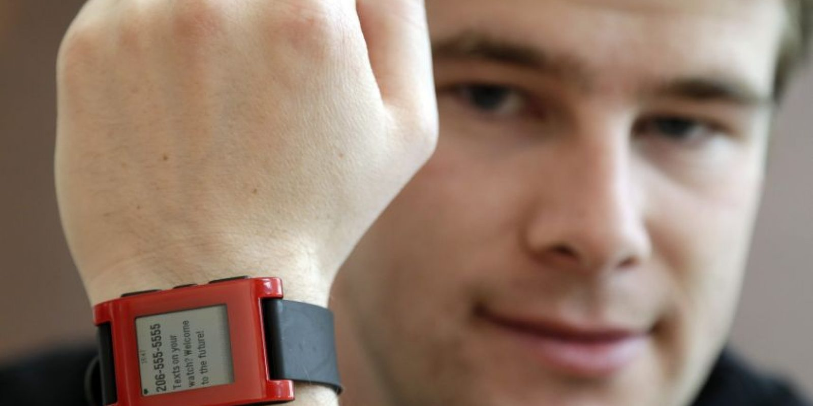 Eric Migicovsky posa con su reloj de pulsera Foto:AP