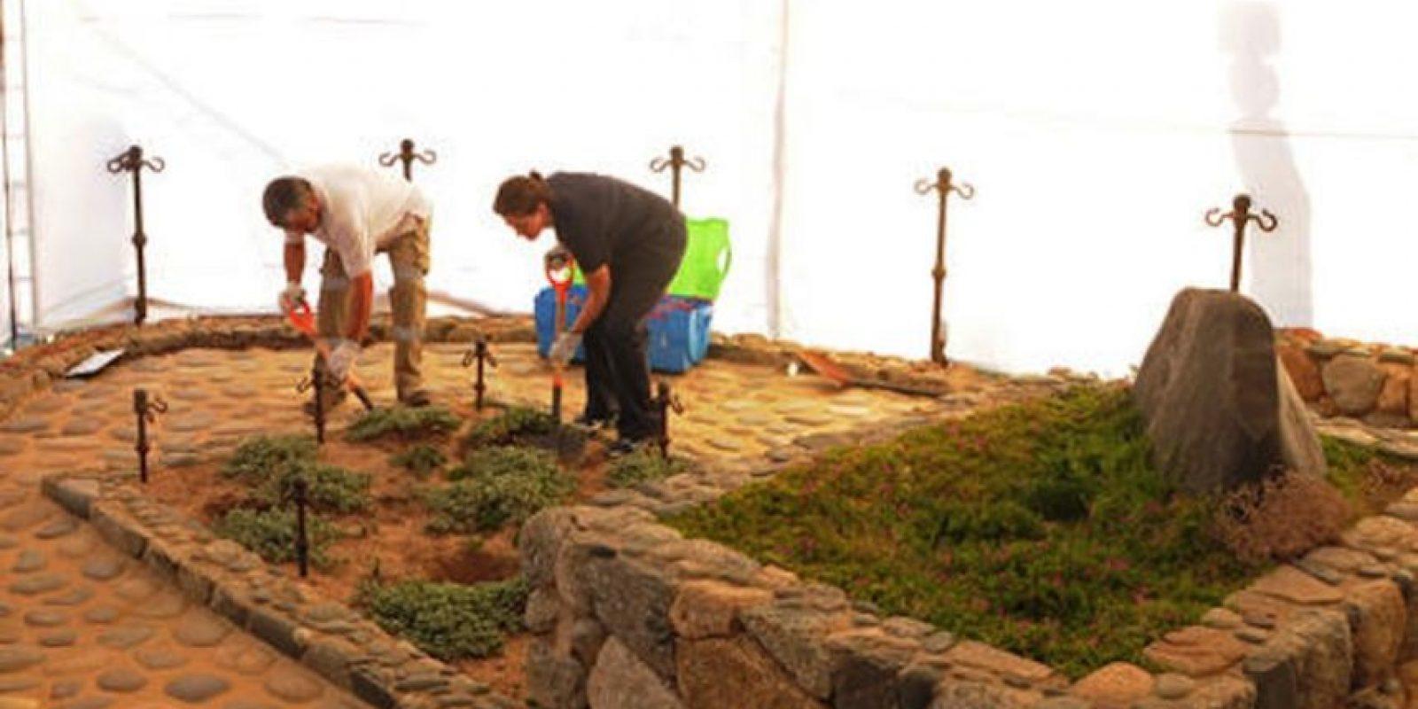 Fotografía difundida por el Poder Judicial de Chile de dos especialistas forenses al inicio de las excavaciones en la tumba del Premio Nobel Pablo Neruda, en Isla Negra, Chile, el domingo 7 de abril de 2013. Foto:AP