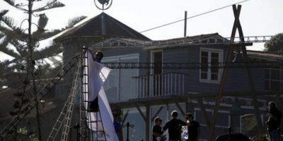 Trabajadores colocan una lona blanca en una estructura de fierro alrededor de la tumba del poeta Pablo Neruda en Isla Negra, Chile, el domingo 7 de abril de 2013, en la primera fase del proceso de exhumaciÛn de sus restos con el que se pretende dilucidar la duda _que se arrastra por dÈcadas_ sobre las causas de su fallecimiento Foto:AP