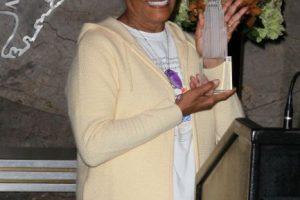 """La cantante de """"soul"""" y """"pop"""" Dionne Warwick debió enfrentarse al Servicio de Rentas Internas (IRS por sus siglas en inglés) por una deuda de 2 millones 180 mil dólares. La cantante tuvo que acordar un plan de pagos que aún está cumpliendo. Foto:Getty Images. Imagen Por:"""