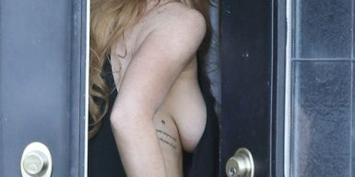 Lindsay lohan goes nude for photo, gets slammed by fans