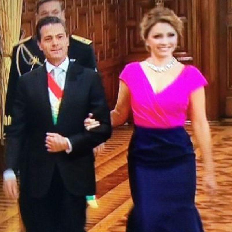 8008e4e403 Angélica Rivera fue bastante criticada por su vestido de Óscar de la Renta  para las fiestas ...