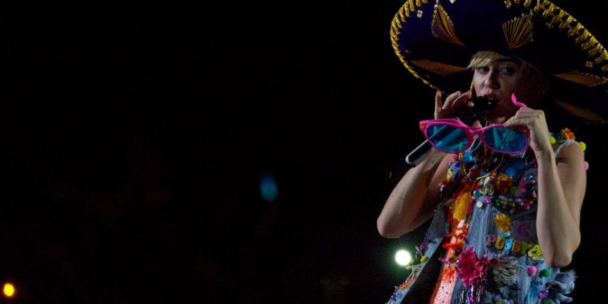 Miley causa polémica por uso indebido de la bandera mexicana