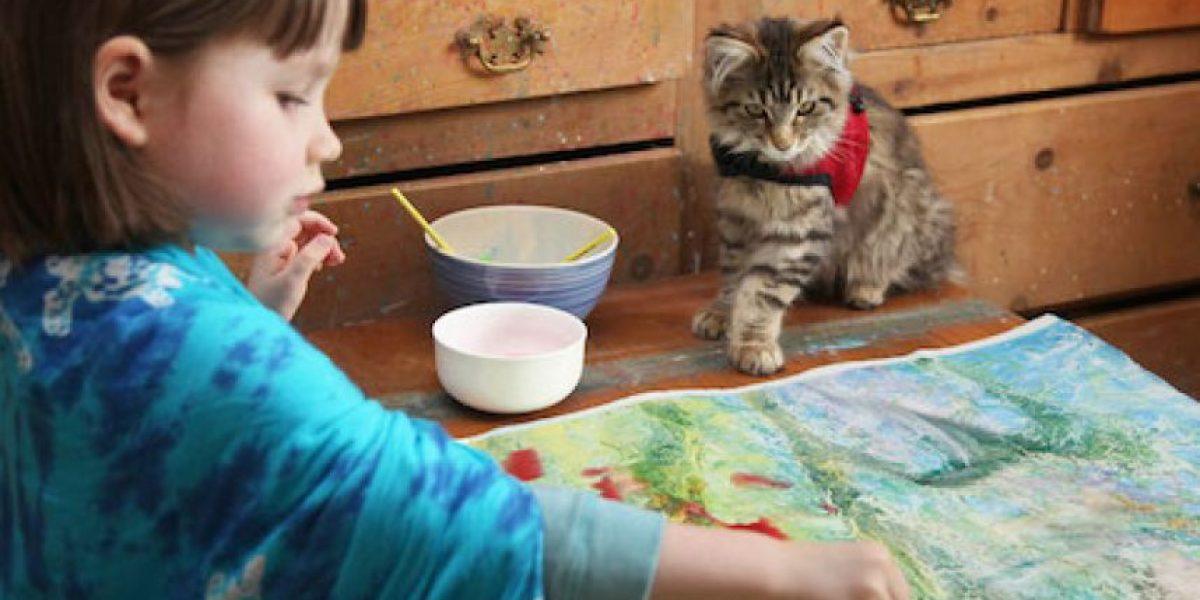 FOTOS: Niña con autismo pinta impresionantes obras de arte
