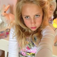 Como cualquier niña de su edad, se toma selfies Foto:TheasBryllup