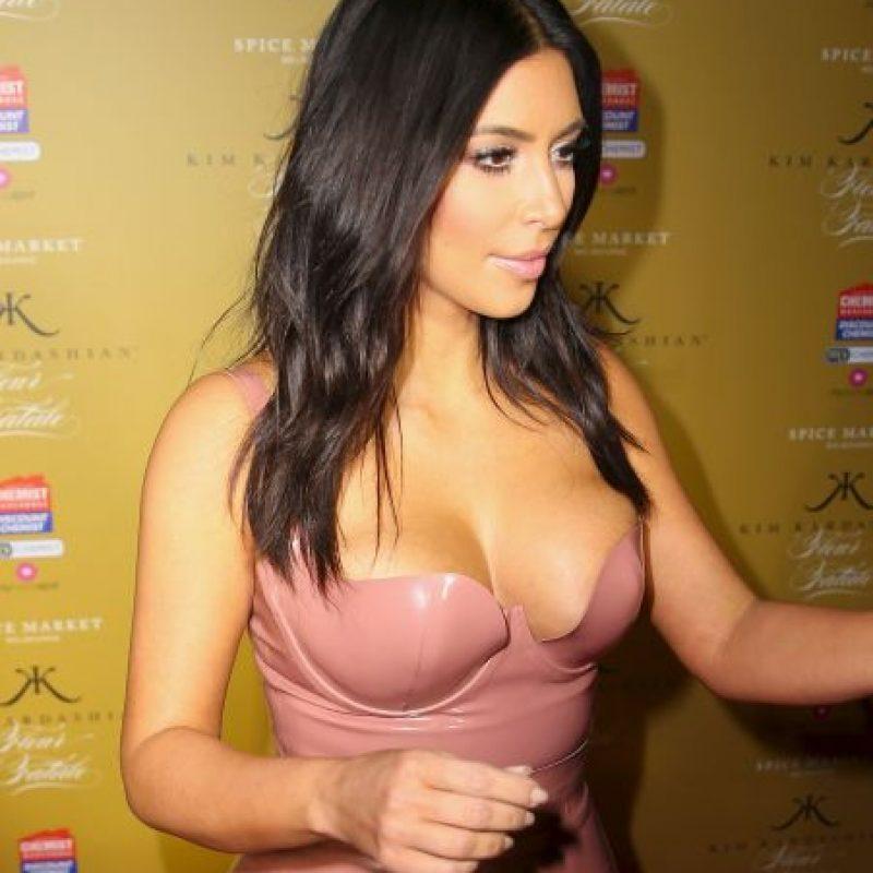 Kim Kardashian deja al descubierto sus curvas con ajustado