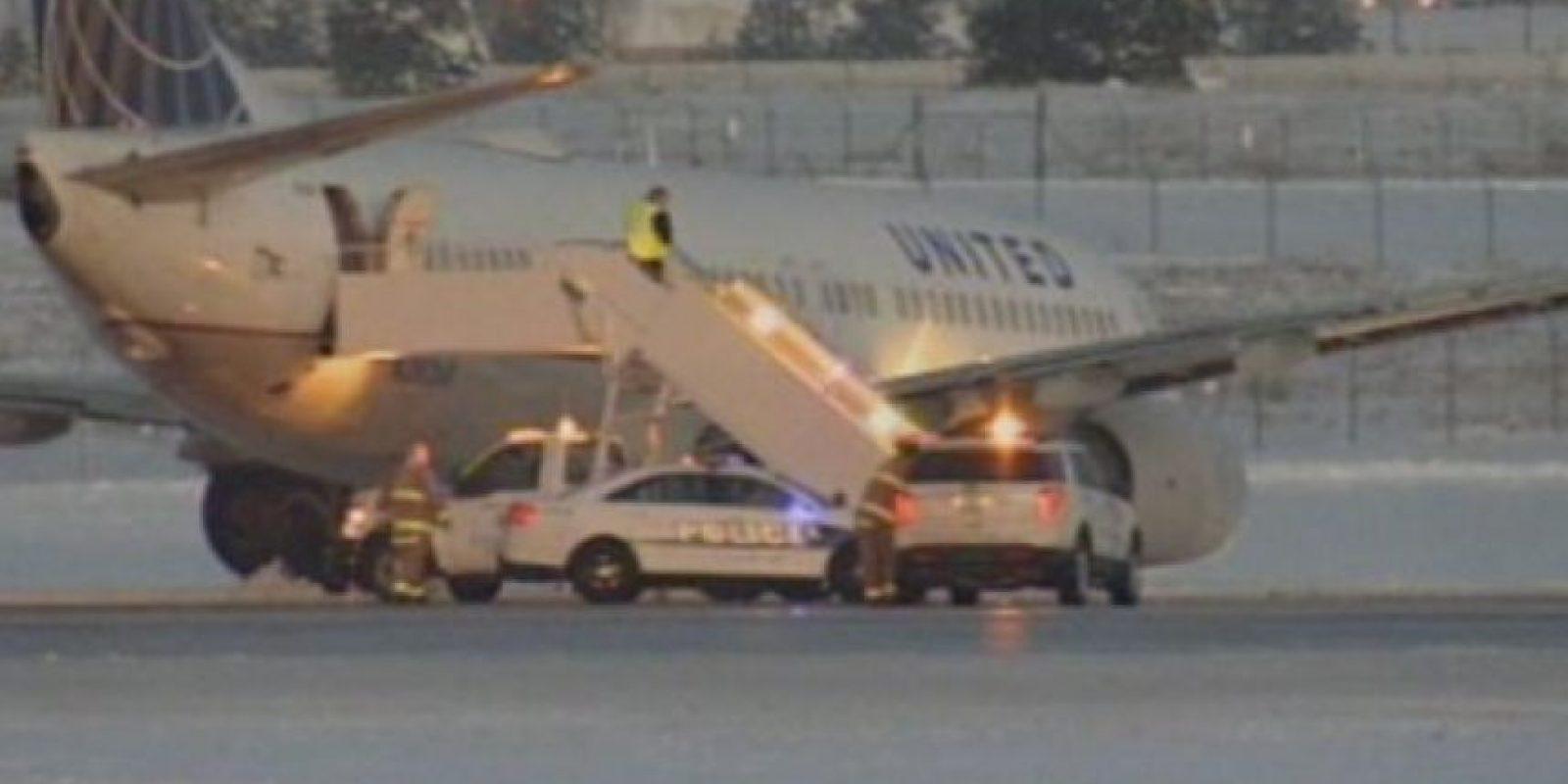 Llega equipo de emergencia para sacar a los pasajeros Foto:@NBCNews