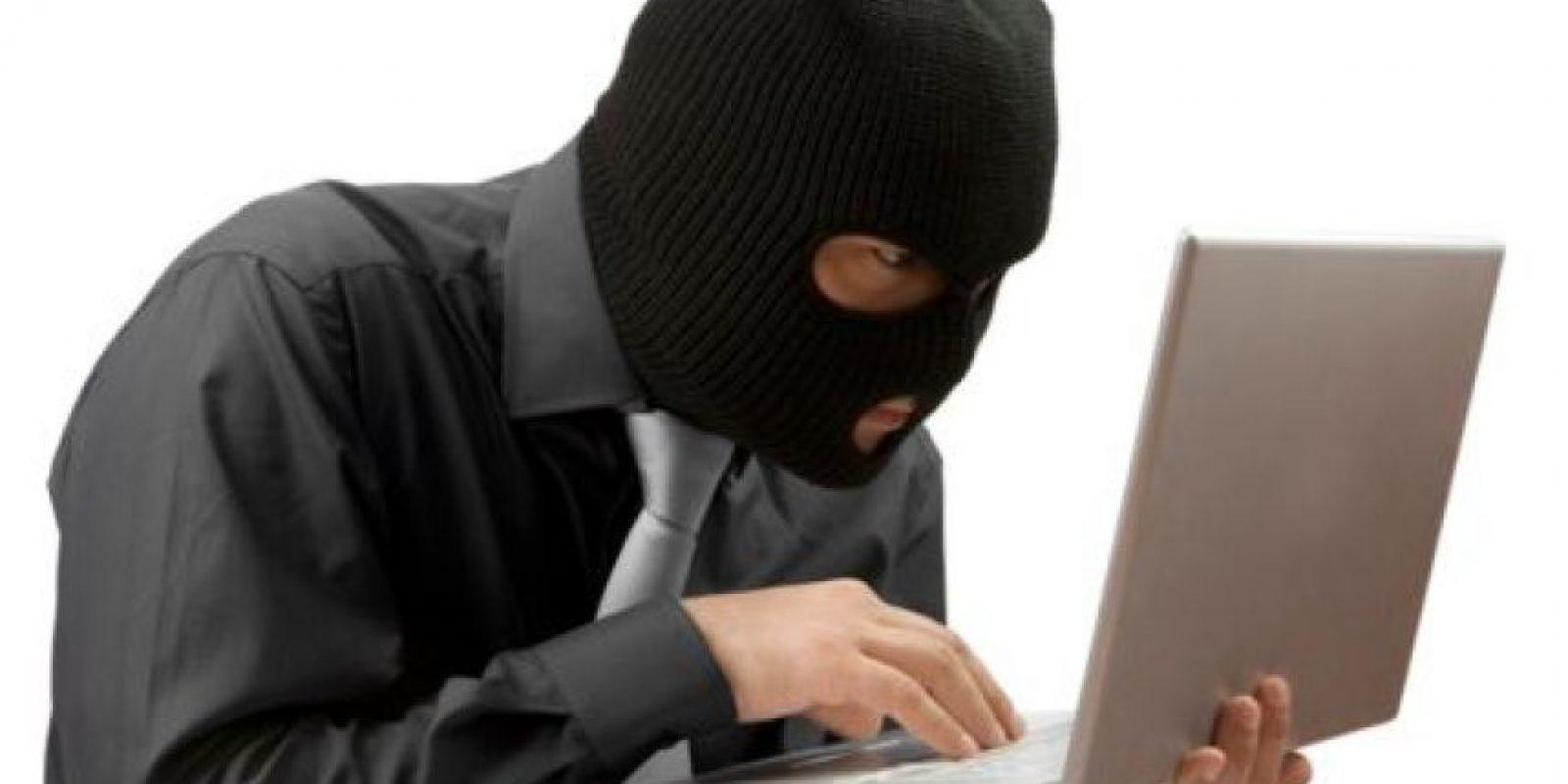 Los delincuentes buscan instalar virus electrónicos o sistemas que les permitan conocer y apoderarse de tus datos personales. Foto:Especial