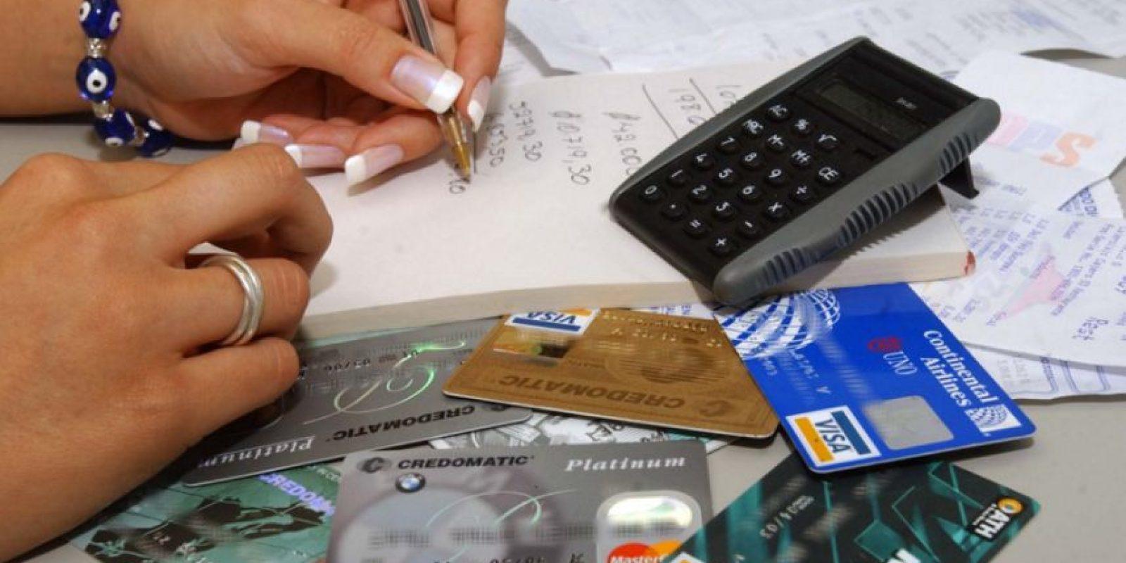 Tener más de una tarjetas de crédito puede hacerte caer en la tentación del consumismo. Foto:Especial
