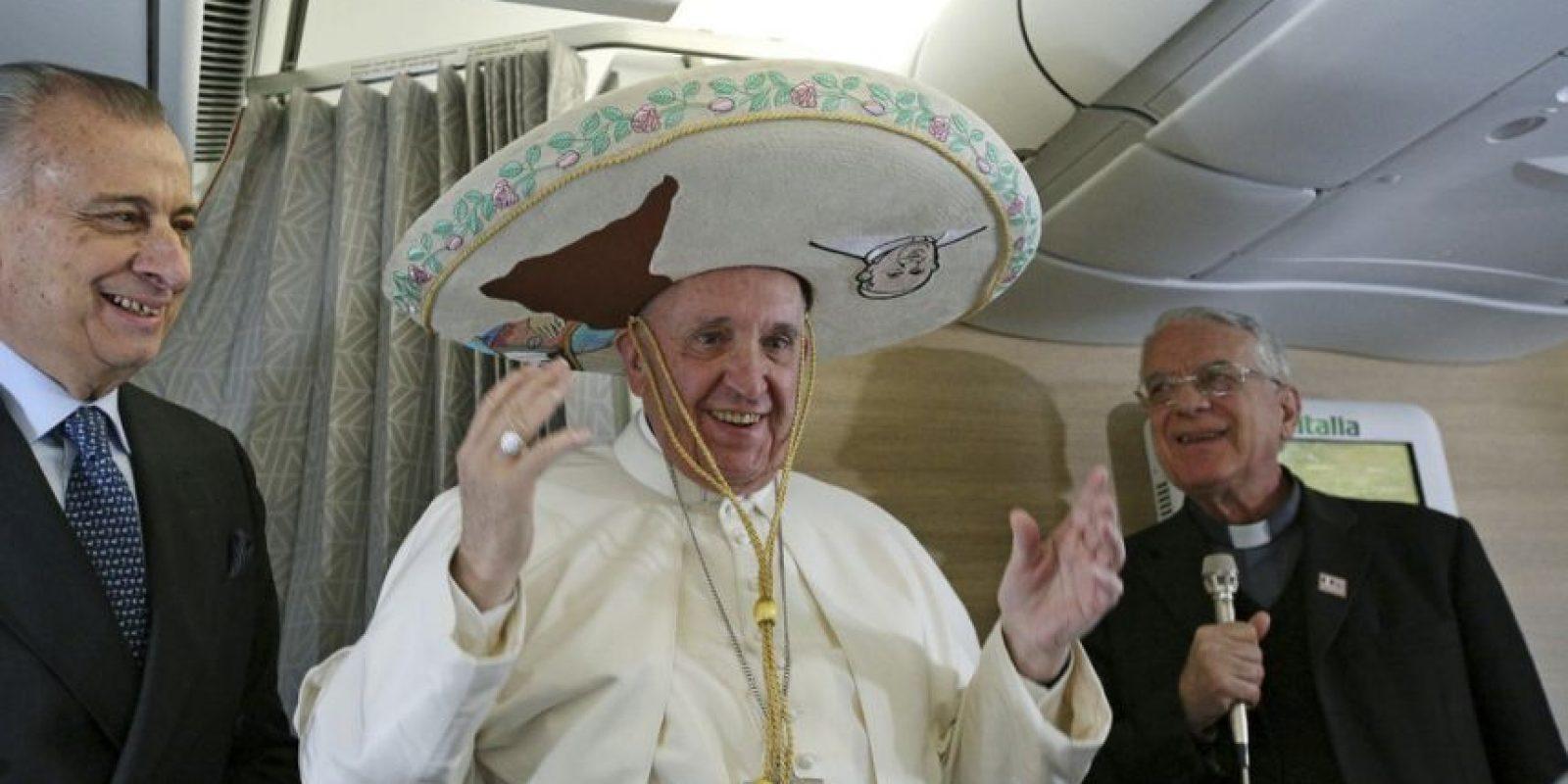 Tan buen humor tenía Francisco que hizo bromas sobre el fútbol argentino y recibió con una sonrisa las cartas de algunos niños mexicanos, en un vuelo papal en el cual confesó haber sido conquistado por la comicidad de Cantinflas. Foto:AP