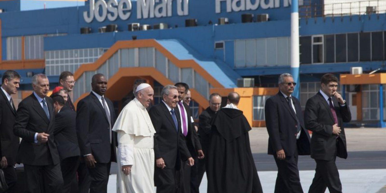 El avión papal, procedente de Roma, aterrizó en la capital cubana poco después de las 14:00 horas locales, tras un vuelo de 12 horas y 15 minutos que partió con 40 minutos de retraso. Foto:AP